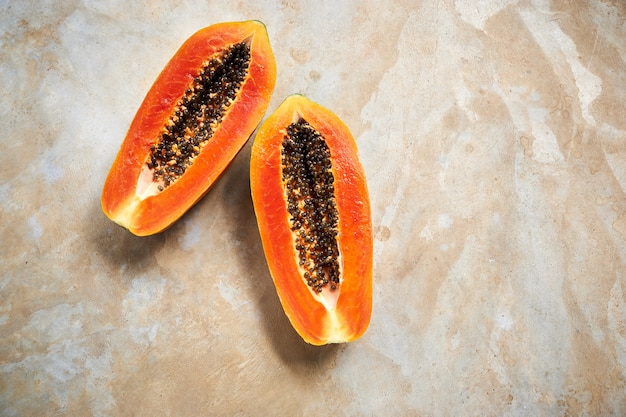 Metà di papaia matura e frutto della passione con borsa