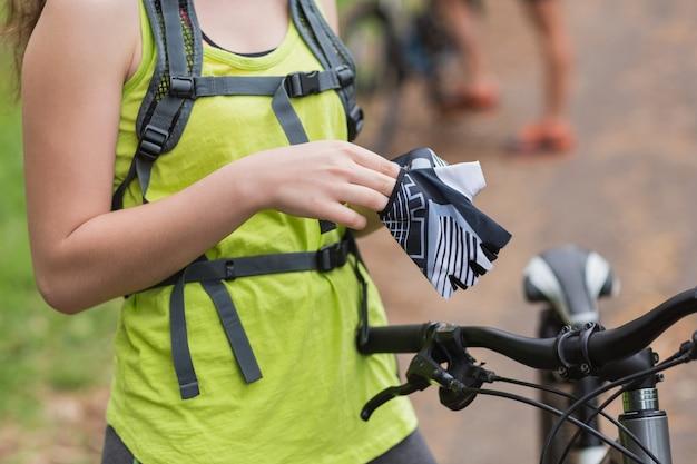 Metà di sezione del motociclista femminile che indossa guanti