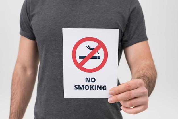 Metà di sezione dell'uomo che mostra segno non fumatori isolato sul contesto bianco