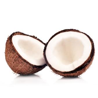 Metà di wo della noce di cocco isolata su bianco con ombra