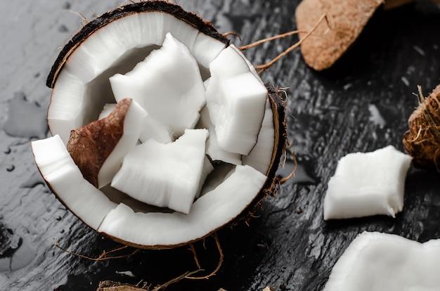 Metà fresca della noce di cocco cruda riempita di pezzi