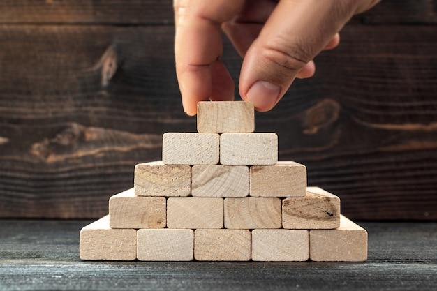 Metafora di autocostruzione di un futuro di successo nella vita e negli affari