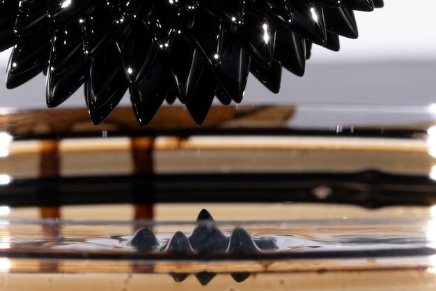 Metallo a specchio sfocato ferromagnetico astratto
