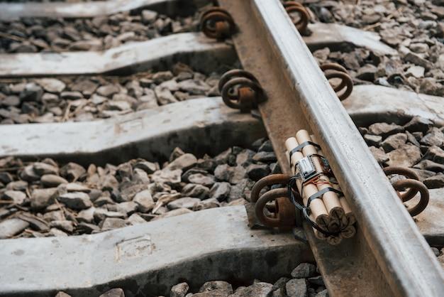 Metallo arrugginito. timebomb sulla ferrovia durante il giorno all'aperto. concezione di terrorismo e pericolo