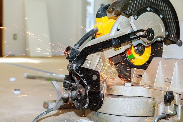Metallo di taglio e saldatura operaio industriale con molte scintille taglienti