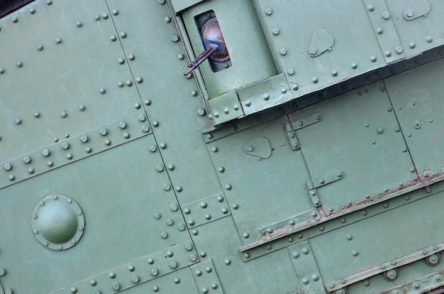 Metallo industriale verde astratto strutturato con rivetti e bulloni