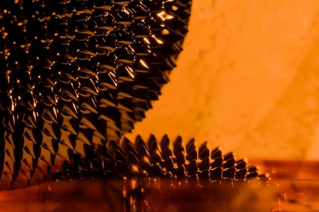 Metallo liquido ferromagnetico arancione con spazio di copia