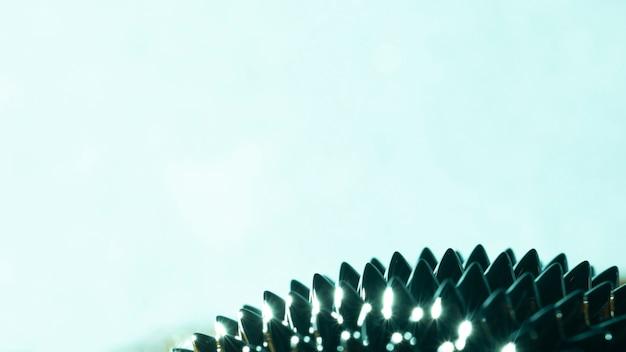 Metallo liquido ferromagnetico con copia spazio su sfumature blu