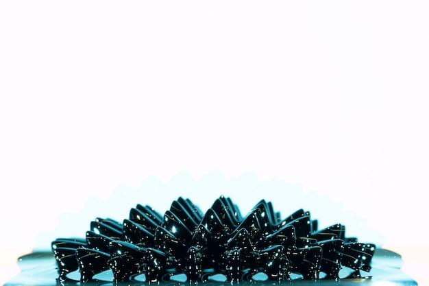 Metallo liquido ferromagnetico nero con spazio di copia