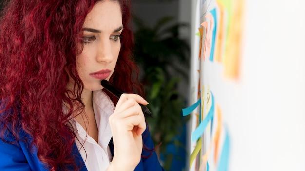 Metodo di pianificazione aziendale donna adulta