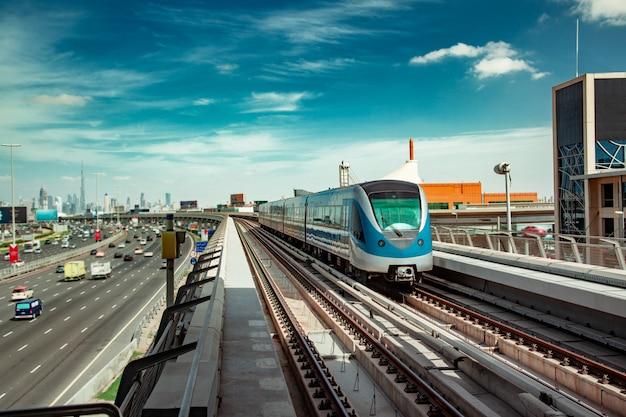 Metro train in città