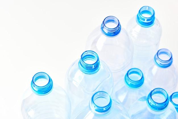Metta le bottiglie di acqua minerale diversi tipi e dimensioni stand isolato su sfondo bianco.