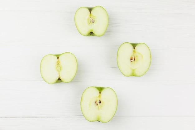 Mette a metà le mele su sfondo bianco