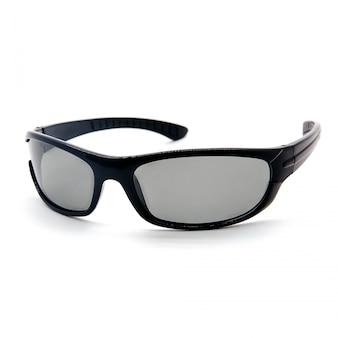 Mette in mostra gli occhiali da sole nel colore nero isolato su un bianco