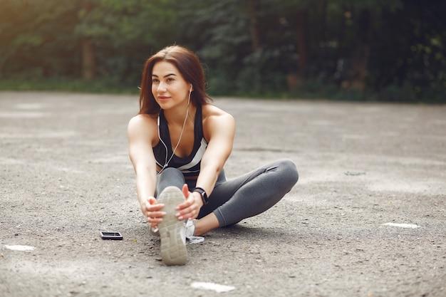 Mette in mostra l'addestramento della ragazza con il telefono e le cuffie