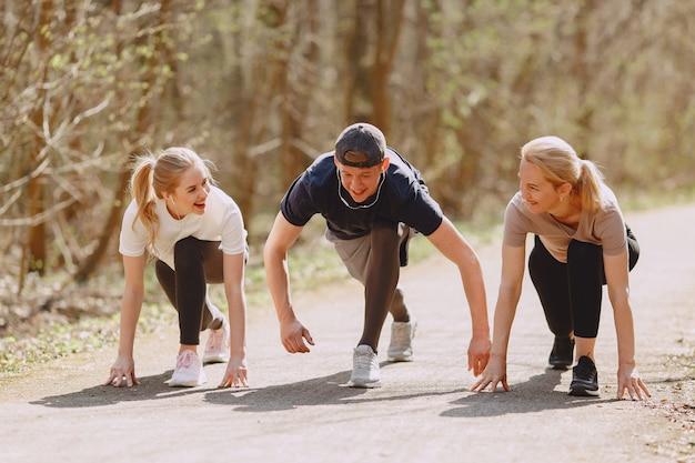 Mette in mostra l'addestramento familiare in una foresta dell'estate