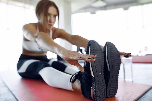 Mette in mostra l'allenamento della donna in una palestra di mattina