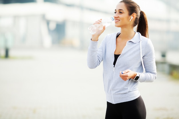 Mette in mostra la donna dopo gli esercizi di sport nell'ambiente urbano