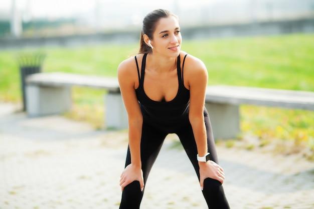 Mette in mostra la donna dopo gli esercizi di sport nell'ambiente urbano.