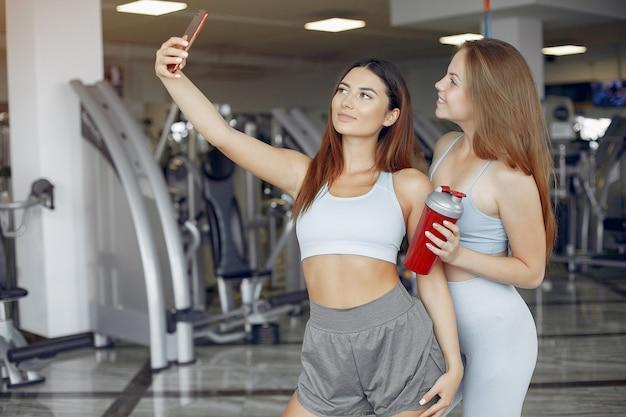 Mette in mostra le ragazze che si allenano in una palestra di mattina