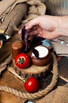 Mettere insieme pomodori, yogurt e foglie basiliche rosse.
