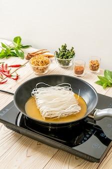 Mettere la pasta in padella con salsa