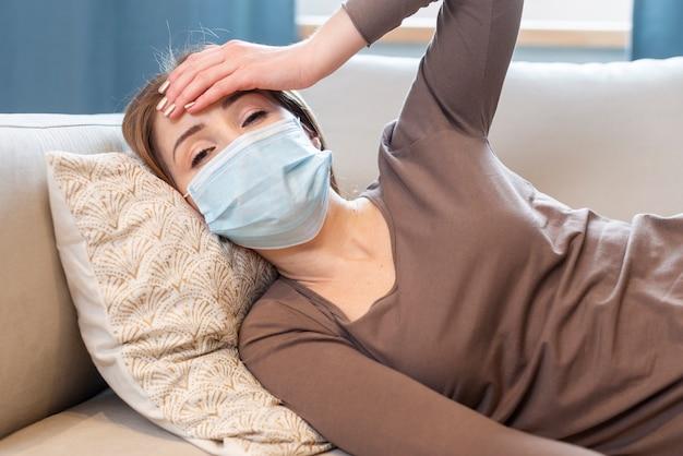 Metti in quarantena le attività quotidiane e la donna sdraiata sul divano