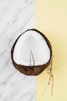 Mezza conchiglia di cocco su sfondo doppio