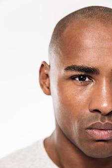 Mezza faccia di giovane uomo africano