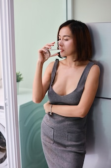 Mezza lunghezza attraente e splendida donna asiatica