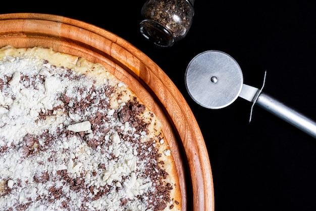 Mezza pizza sopra un nero