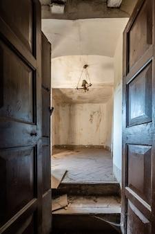 Mezza porta di legno aperta in una vecchia casa