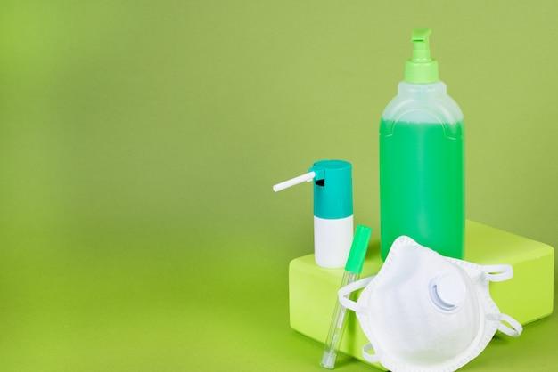 Mezzi preventivi per la protezione da virus e infezioni, mascherina medica, termometro, gel disinfettante e spray