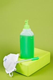 Mezzi preventivi per protezione da virus e infezioni, maschera medica e gel disinfettante, termometro