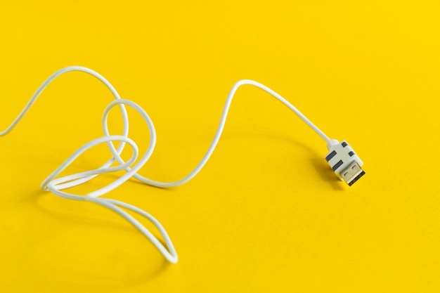 Micro cavo usb bianco isolato su giallo