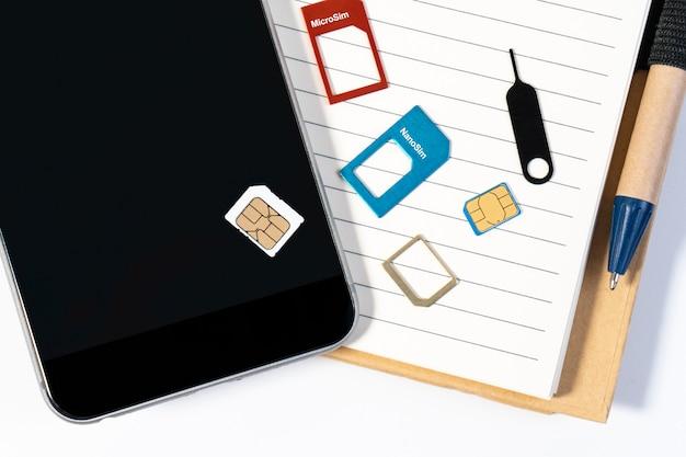 Micro sim e nano sim che si preparano per l'installazione e l'installazione nel telefono per il concetto del piano di viaggio. modifica della carta sim sul telefono per il viaggio.