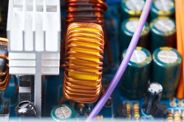 Microchip, condensatori, resistori su una scheda del computer