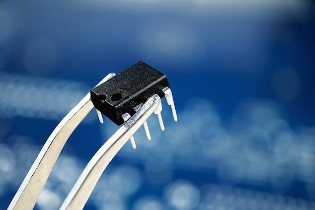 Microchip sulla pinzetta, foto alta vicina