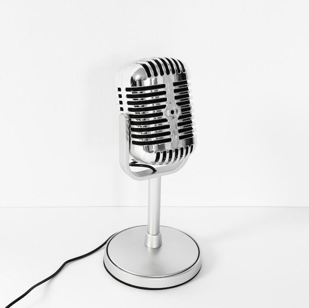 Microfono ad alto angolo con sfondo bianco