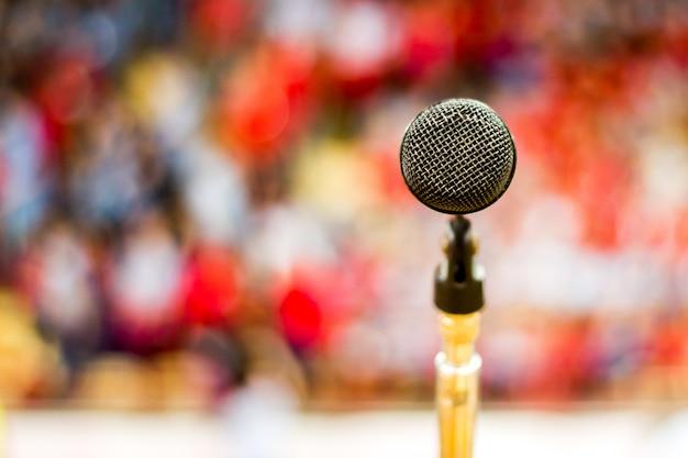 Microfono con sfondo sfocato