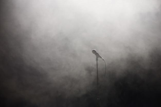 Microfono contro discoteca fumosa sfondo bianco e nero