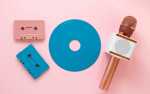 Microfono e cassette con vista dall'alto