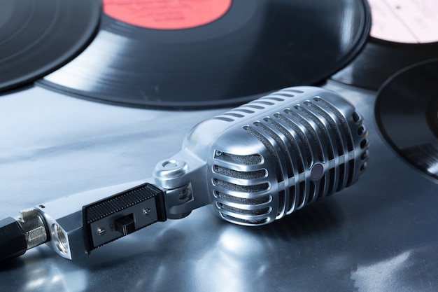 Microfono e segmento del disco in vinile