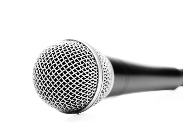 Microfono isolato su bianco
