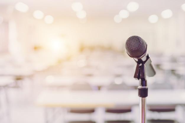 Microfono nel fondo di evento della stanza del seminario di conferenza