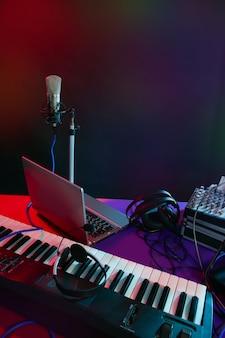 Microfono nella luce colorata notturna