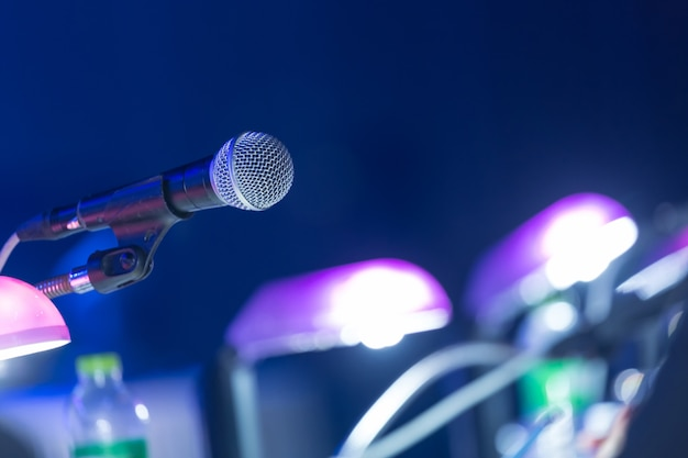 Microfono nella sala conferenze o nella sala per seminari. sala riunioni, seminario, evento, affari, sala, presentazione, esposizione