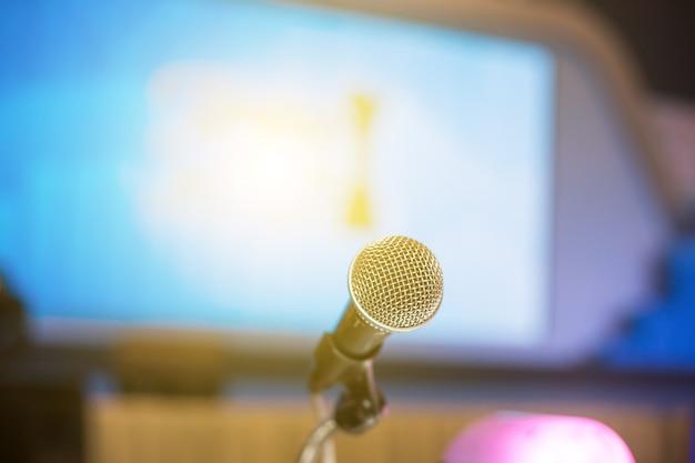 Microfono nella sala conferenze o sullo sfondo della sala seminario.