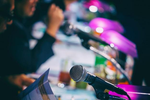 Microfono nella sala conferenze o sullo sfondo della sala seminario