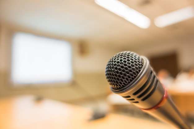Microfono nero nella sala conferenze (filtrata immagine elaborata v